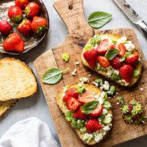 Toast met tuinbonen en aardbeien