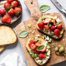 toast met aardbeien en feta