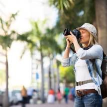 Alleen op reis vrouw die foto's maakt