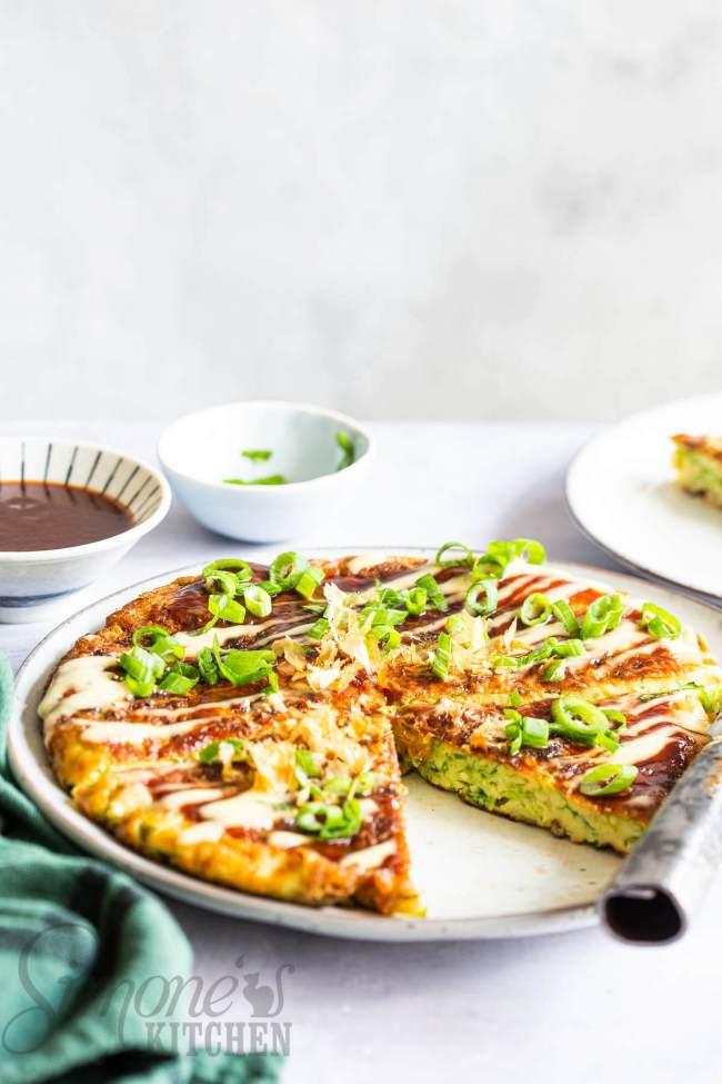 Okonomiyaki aansnijden