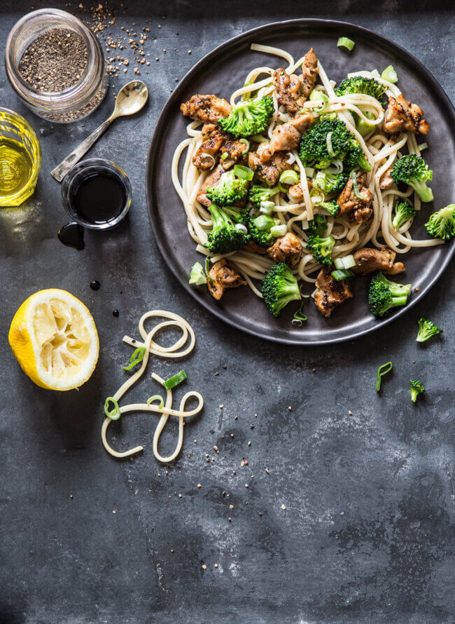 Citroen peper noedels met broccoli en kip