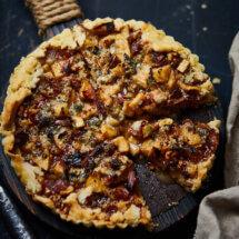 Hartige taart met roquefort en peer