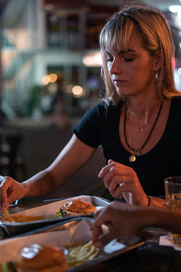 snacken in de avonduren. Vrouw die patat eet