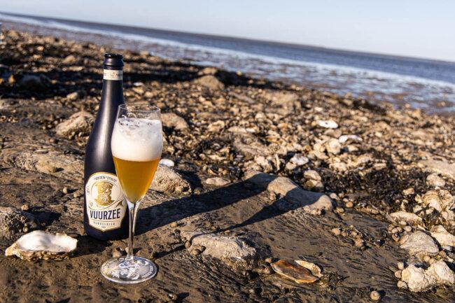 Lekker biertje onder het oesters plukken