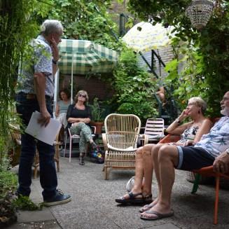 Jos Geevers vertelt in Helmi's tuin - foto Simone Vos
