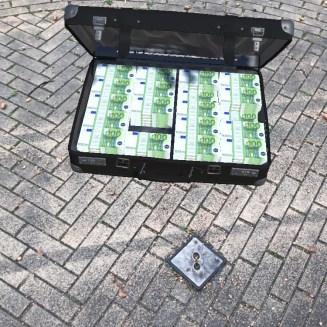 De geldkoffer in de AR-app bij Theater de Hofnar