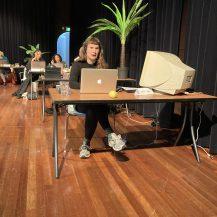 Leonoor van Aubel belt in Theater De Nieuwe Vorst