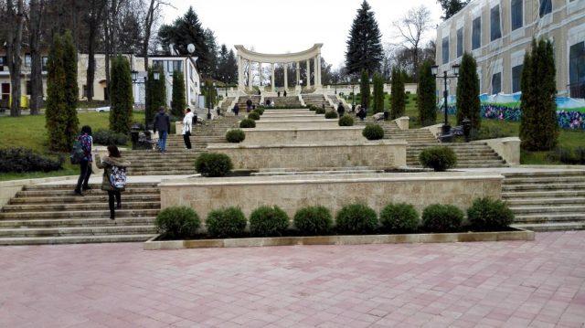 Kislovodsk beherbergt eigenen Angaben zufolge den zweitgrößten Park Europas. Hier befindet sich einer der Zugänge.