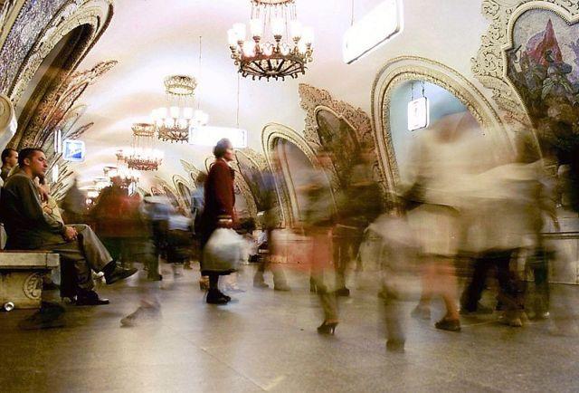 """Hektisches Treiben der Moskauer Ellenbogengesellschaft in der Metrostation Kievskaja, denn """"Moskau glaubt den Tränen nicht"""""""