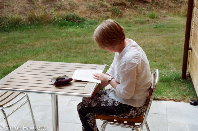 Miranda G slr with Kodak Gold 400 sample picture - Woman reading at table in CenterParcs