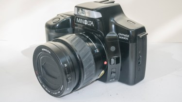 Minolta Dynax 5000i auto focus camera - side view showing af switch and lens release