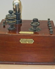 Joseph Baker Single valve radio: View of the radio