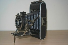Folding Camera : Side view showing Struts and viewfinders