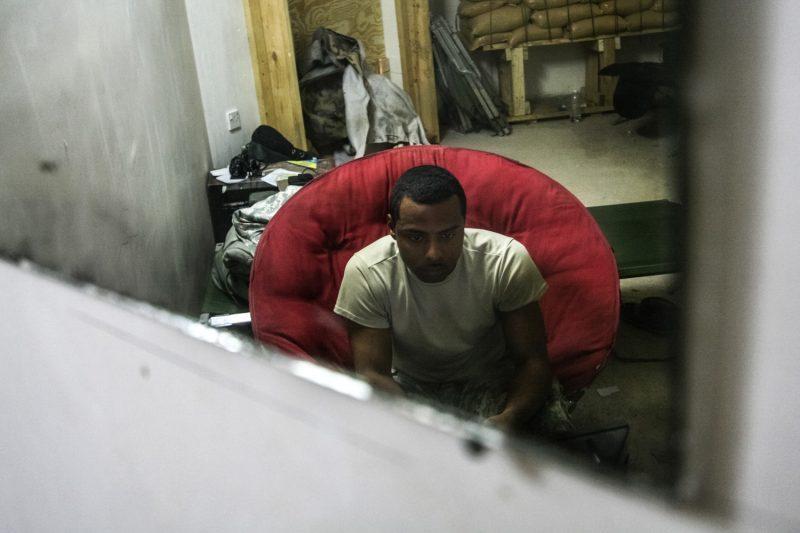 US-Soldat beim Videospiel auf einem Außenposten in Bagdad. (c) Simon Klingert