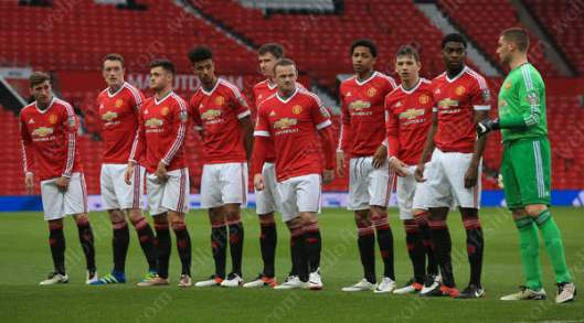 Wayne Rooney (C) lines up with his Man Utd U21 teammates