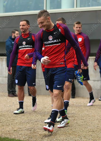 Jamie Vardy (R) walks out alongside Leicester teammate Danny Drinkwater (L) for their first England training session together
