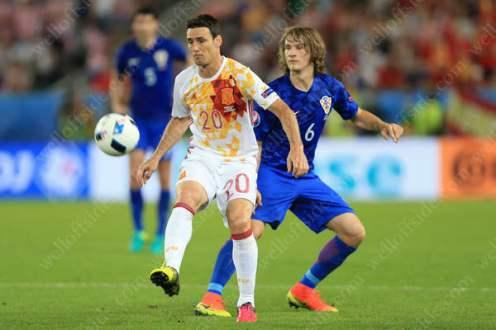 Aritz Aduriz of Spain battles with Tin Jedvaj of Croatia