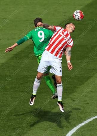Fabio Borini of Sunderland battles with Geoff Cameron of Stoke