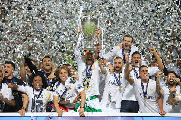 Sergio Ramos lifts the trophy as he and his Real Madrid teammates celebrate victory