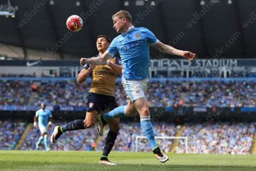 Alexis Sanchez of Arsenal battles with Kevin De Bruyne of Man City