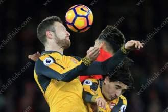 Roberto Firmino of Liverpool battles with Shkodran Mustafi of Arsenal (L) and Hector Bellerin of Arsenal