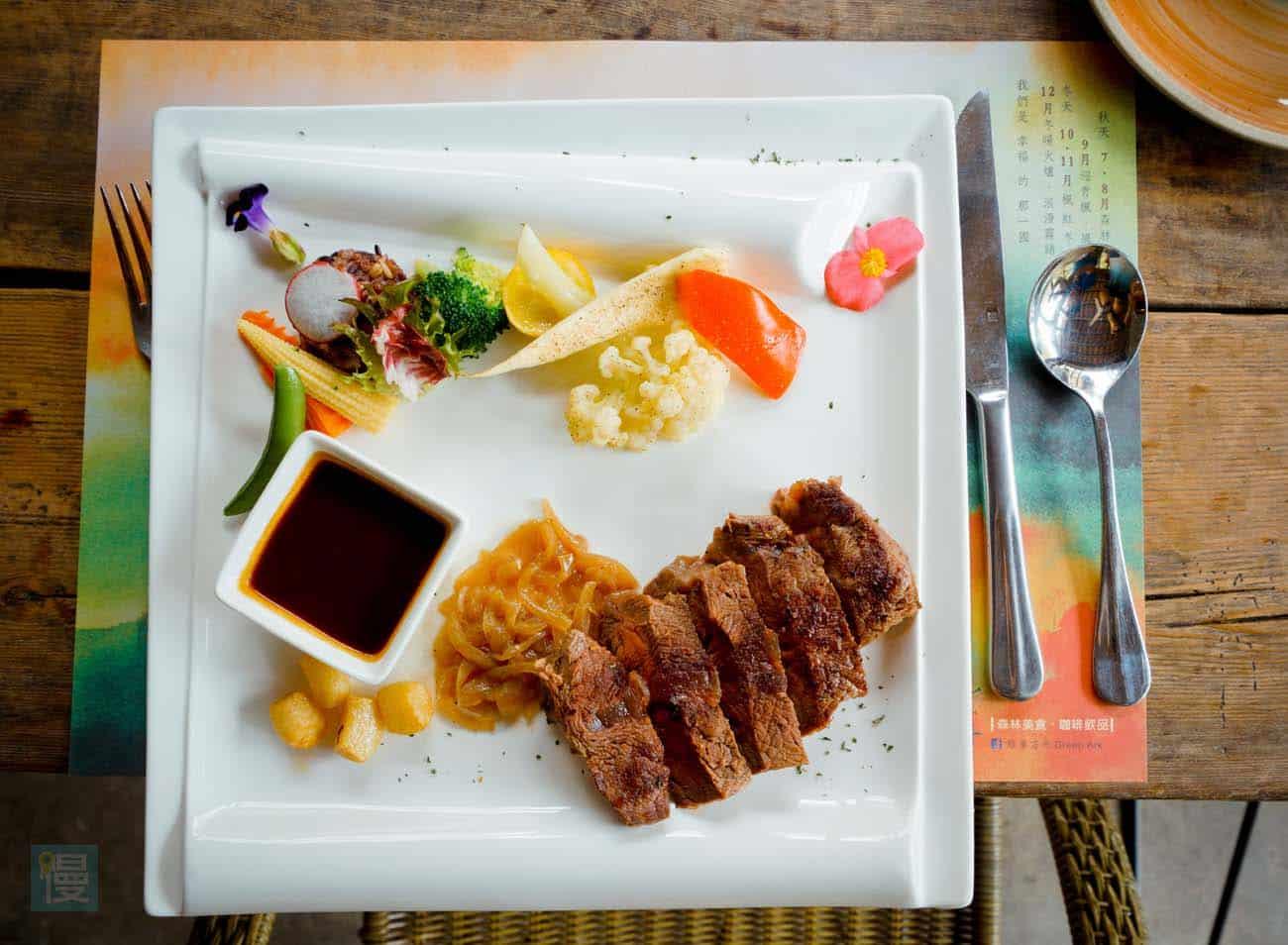 烙烤板腱舒肥牛排 (7分熟) 7oz:以法式的舒肥法將牛肉燉煮,搭配特製濃郁紅酒醬汁