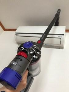 エアコンの上を掃除機がけ