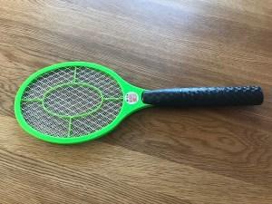 虫を電気でやっつけるラケット