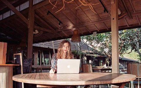 A digital nomad in her natural environment (Bali I think). Smartphones work just fine for people like these