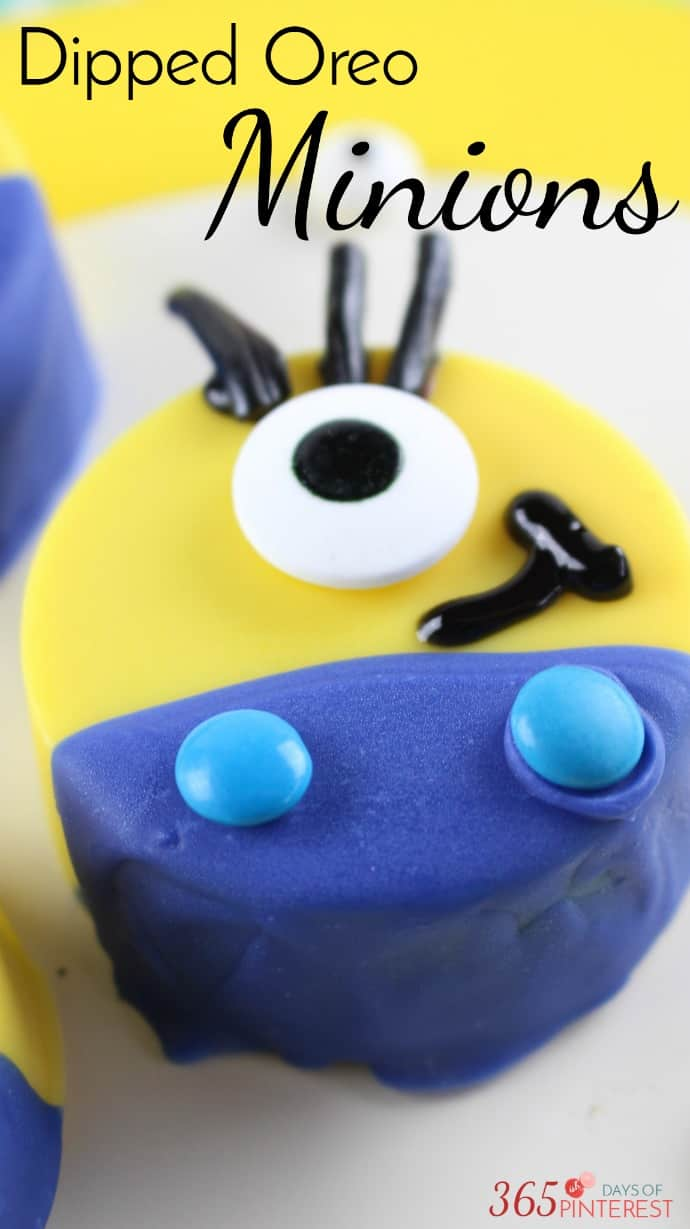 We all know the real stars of the show aren't the villains- it's the adorable sidekicks! These Oreo Minions are perfect for a Despicable Me birthday party,  Minions movie night, or for any Minions lover! via @nmburk