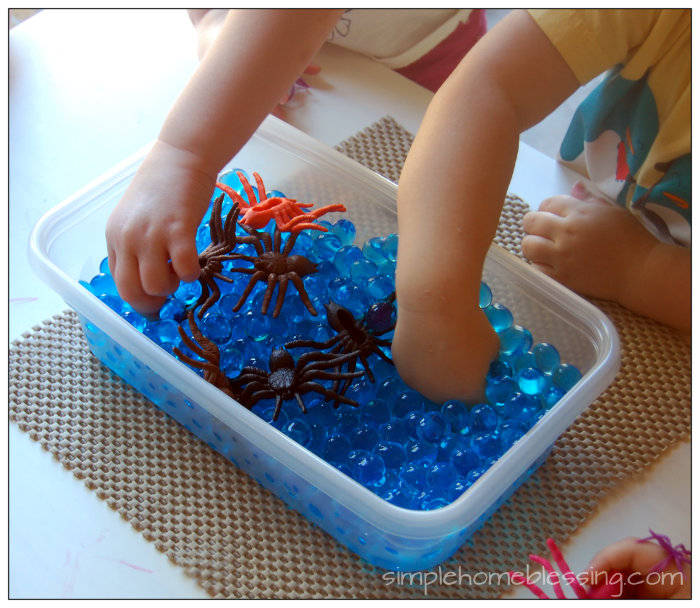Super simple Spider sensory bin - perfect for a Halloween themed play date.