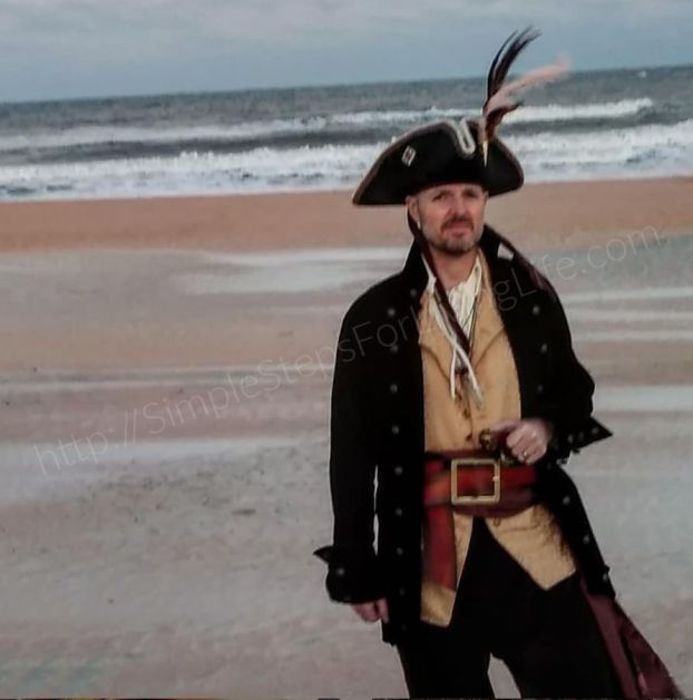 How to dress like a pirate Pirate clothing for men