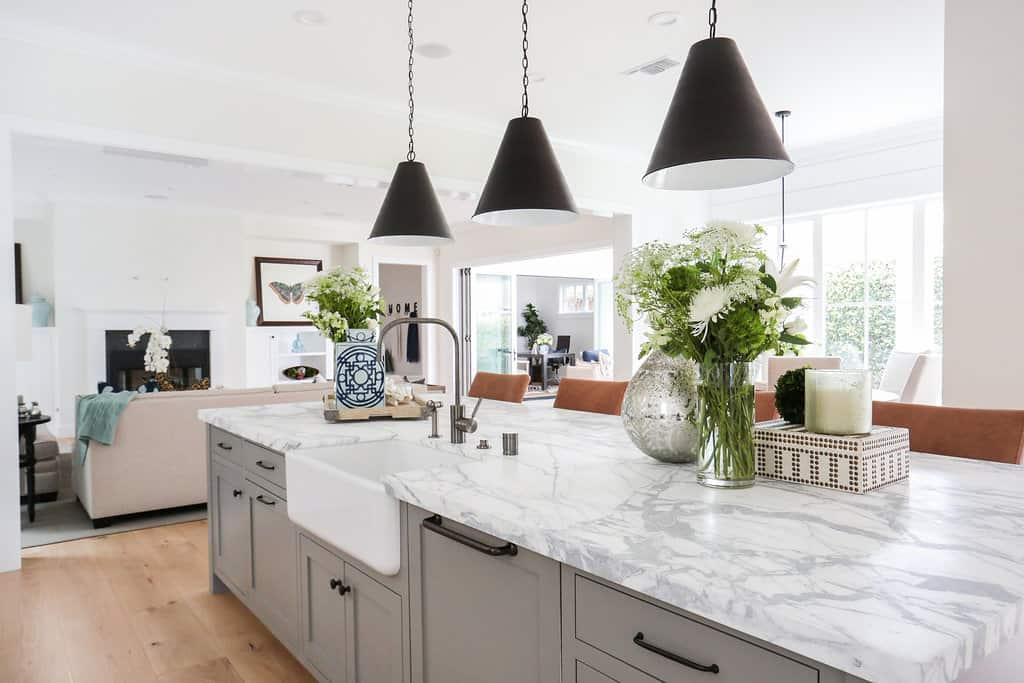HOM-Modern-Farmhouse-With-Coastal-Flare-by-Blackband-Design-open-kitchen