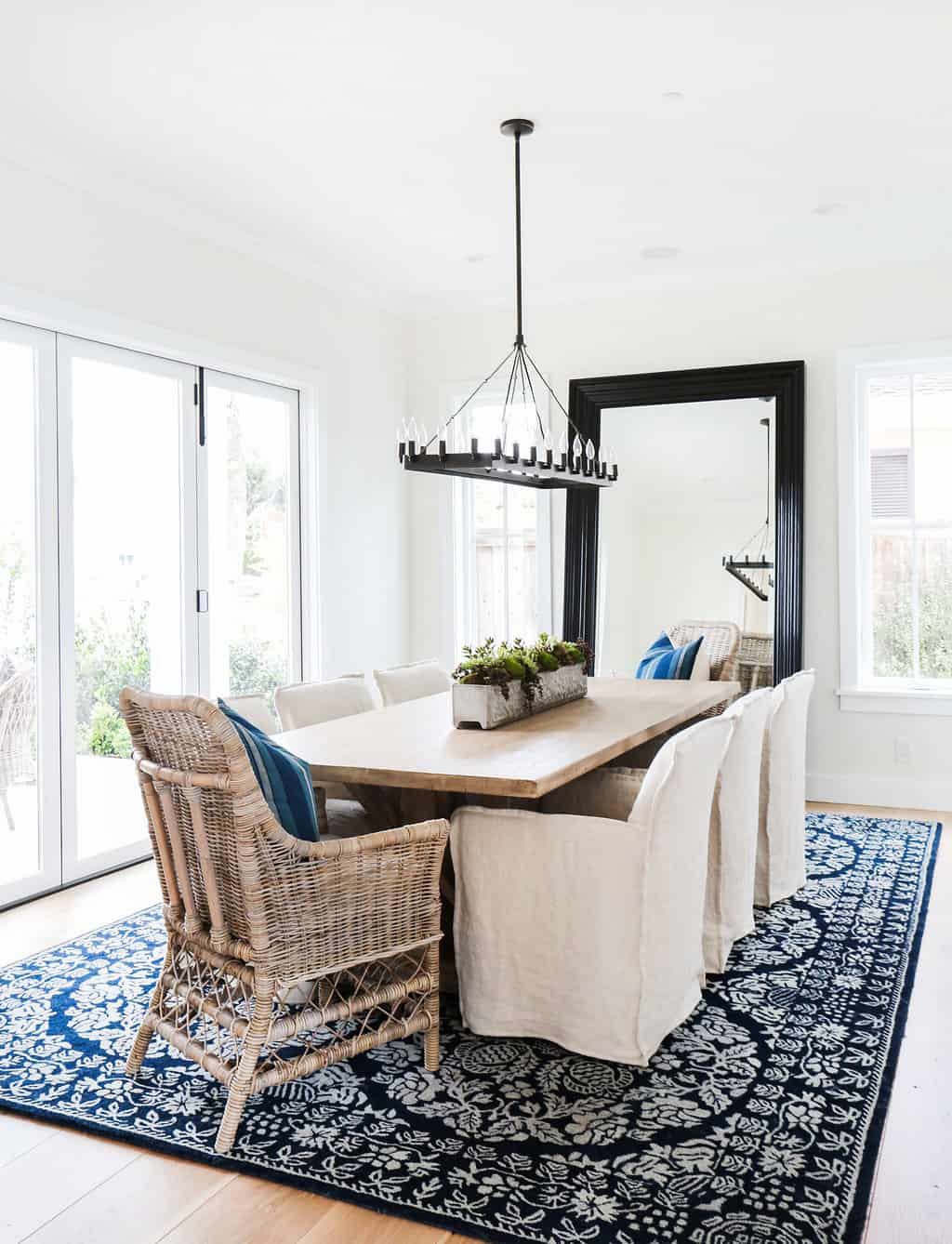 HOM-Modern-Farmhouse-With-Coastal-Flare-by-Blackband-Design-dining