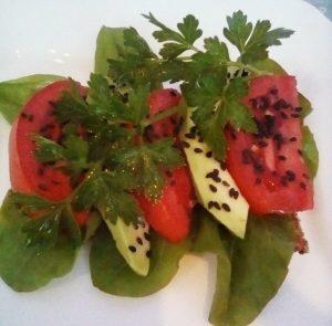 Mic dejun cu roșii și avocado