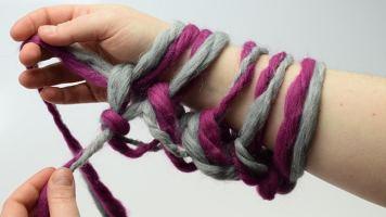… kann der Knoten der Anfangsschlinge für eine gleichmäßige Anschlagskante angezogen werden.