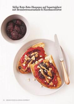 Rezept - Süßer Rote-Bete-Hummus auf Sauerteigbrot mit Brombeermarmelade & Haselnussbutter - Vegan Food & Living Kompakt – 01/2021