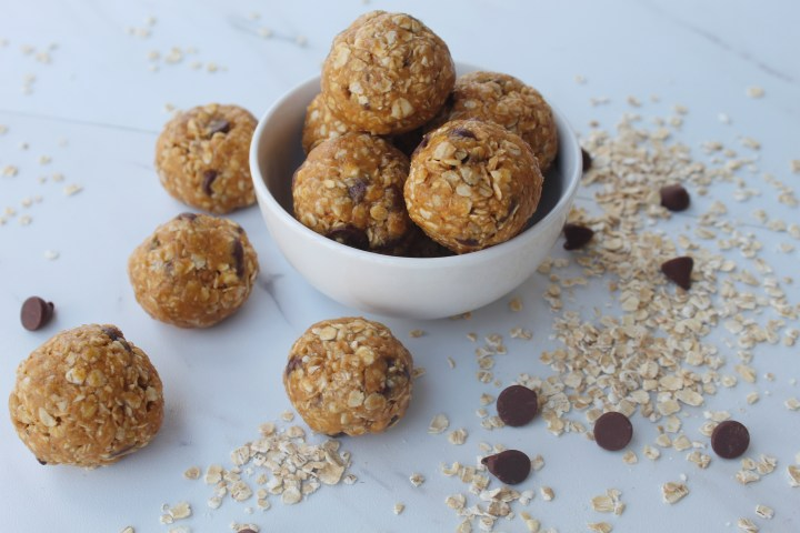 Simple Oatmeal and Chocolate Energy Bites
