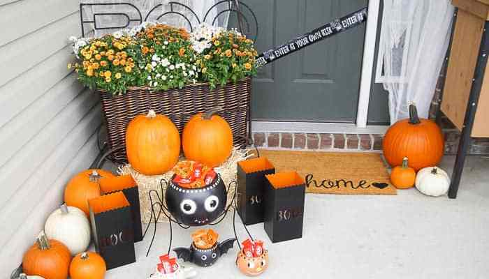 Easy Outdoor Halloween Decorations for your Porch