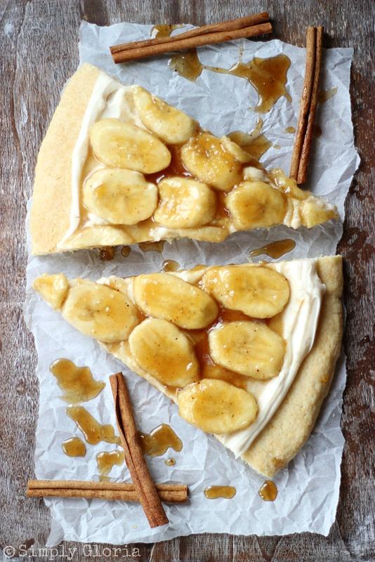 Bananas Foster Cookie Pizza from SimplyGloria.com #dessertpizza #cookies