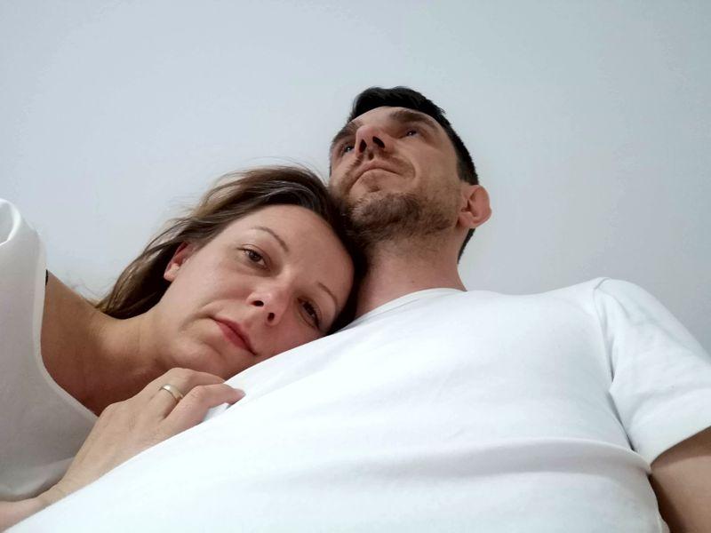 szczęśliwa para, która poznała się w Internecie