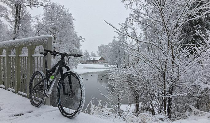 Cykel på en bro med vatten i bakgrunden