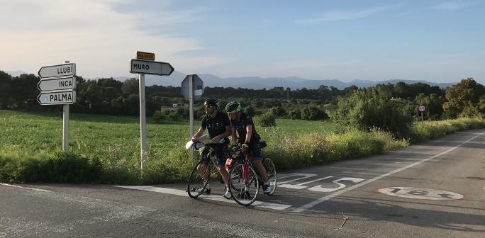 Cyklister tittar på karta