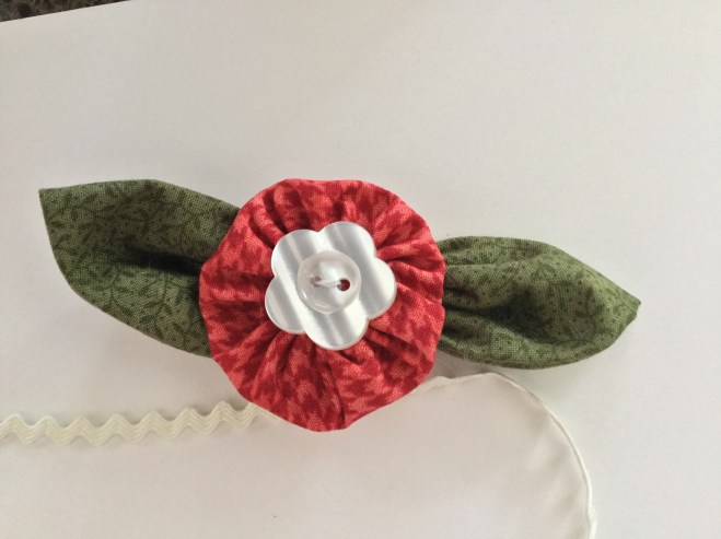 Sweet little fabric flowers.... great for scraps easy to make!