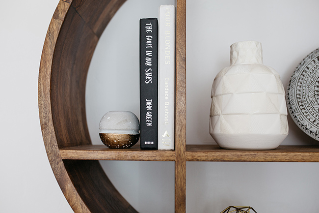 HOW TO ORGANIZE AN APARTMENT USING THE KONMARI METHOD // Mari Kondo // pretty apartment decor // minimalist style // bookshelf styling // SimplySpaced.com