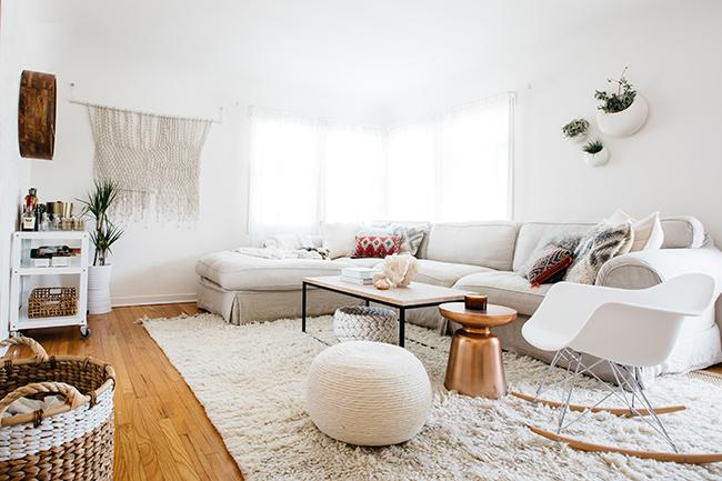 HOW TO ORGANIZED AN APARTMENT USING THE KONMARI METHOD // pretty apartment decor // minimalist style // white interiors // living room California style // SimplySpaced.com