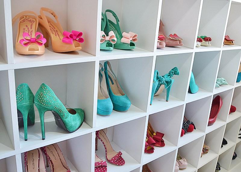 Shoe storage // cubbies // Organized closets // closet organizing // how to organize your shoes // shoe storage ideas // sleek home design ideas // shoe storage // entryway storage // shelving // www.SimplySpaced.com