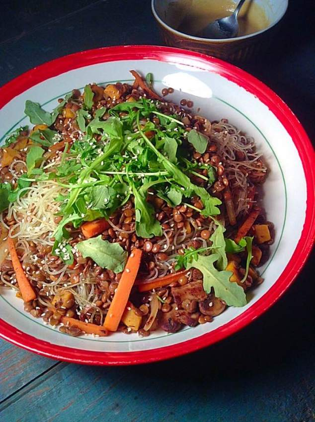 Rice noodles and lentils warm salad with sweet and sour tahini dressing