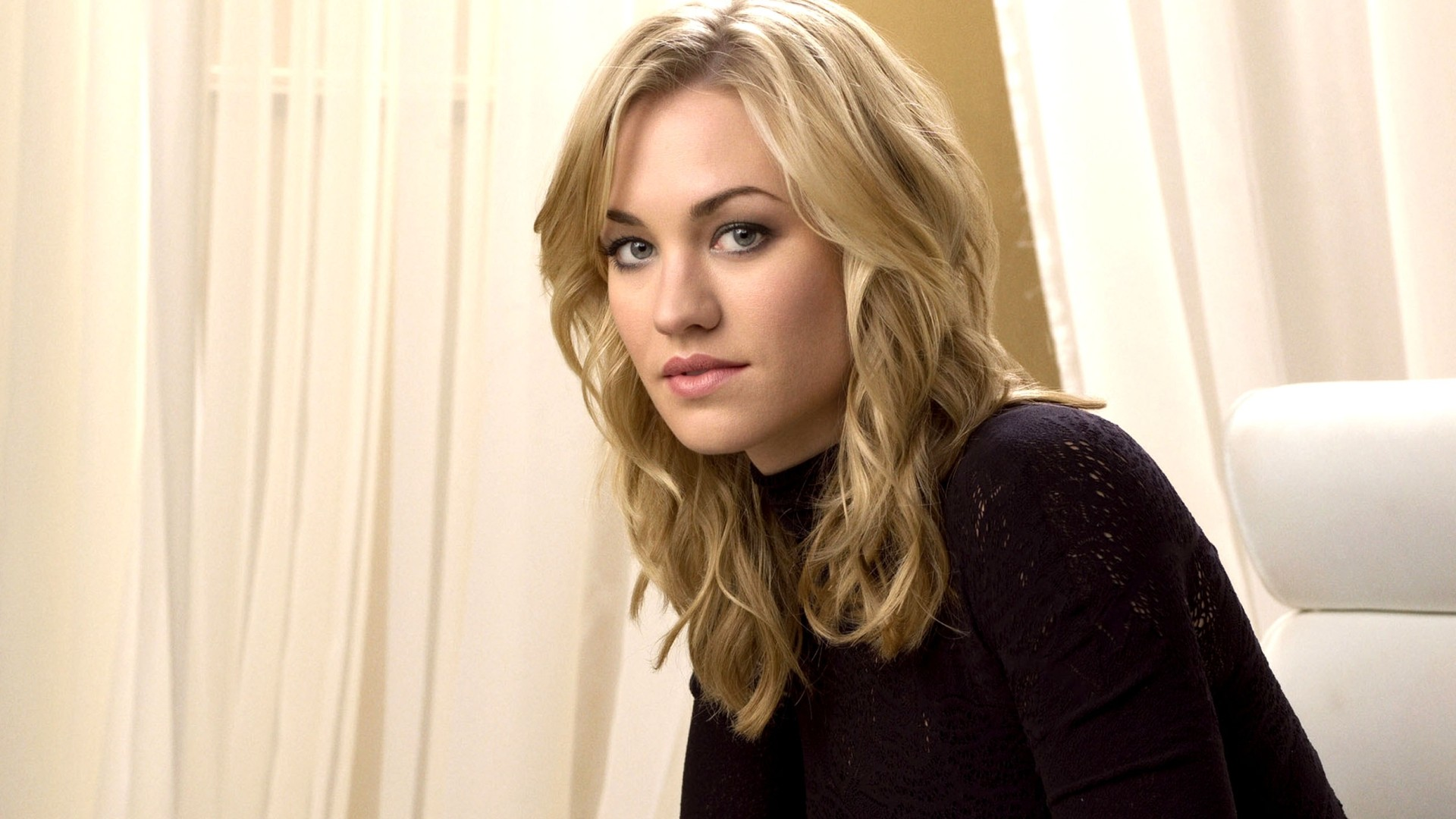 Sofa Snark: Yvonne Strahovski Heads to Broadway