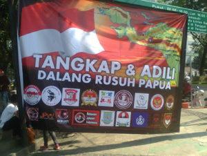 Konflik Papua Jangan Digoreng-goreng, Nyanyi Lagu-Lagu di Depan Istana Negara, Relawan Jokowi Gelar Aksi Tangkap Dalang Kerusuhan Papua.